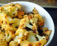 Ingredientes 1 couve-flor média, cortada em floretes 3 dentes de alho picados 1 colher (sopa) de chili em pó 1 colher (chá) de cominho 4 colheres (sopa) de azeite de oliva 1/4 de xícara de coentro pic Mais