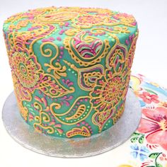 Henna dawali cake, hand piped decoration on a hand painted cake stand! This cake is absolutely beautiful love the details and colors --CC 😍 Gorgeous Cakes, Pretty Cakes, Cute Cakes, Yummy Cakes, Amazing Cakes, Cake Decorating Tips, Cookie Decorating, Henna Cake, Hand Painted Cakes