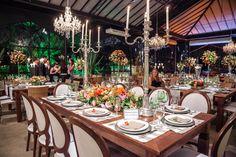 Candelabros na mesa de convidados - Casamento Juliana Tostes e Helio Aquinho