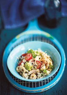 Tämä kanasalaatti valmistuu nopeasti vaikka treenin jälkeen. Broileria höystävät avokado, kirsikkatomaatit, paprika ja fetajuusto.