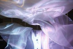 『AURORA』 ショーウインドウ インスタレーション Artwork by Takahiro Matsuo / Monsocape 日照や時間帯で変化する太陽光とLED照明、 風のゆらぎによって刻々と光の表情が変化するウインドウディスプレイ。ファン制御されたオーガンジーへのライティングによってモアレを発生させることでオーロラの色彩を作り出す。