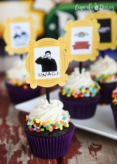 Friends TV Show Cupcakes and Toppers are so great for a Friends party of any kind! Could those printable toppers be any cuter? Friends Tv Show, Tv: Friends, Friends Cake, Friends Birthday Cake, 30th Birthday Parties, Birthday Party Themes, Cupcake Birthday, Sweet 16, Deco Harry Potter