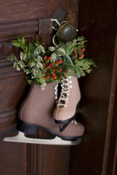 creative christmas decor holidays - creative xmas tips for a fabulous Christmas decor. Xmas Idea number posted on 20190106 Merry Little Christmas, Christmas Love, Country Christmas, All Things Christmas, Christmas And New Year, Winter Christmas, Vintage Christmas, Christmas Wreaths, Christmas Crafts