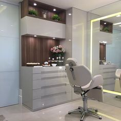 This gave me the idea to build my own brows studio in my hotel's salon in my Minecraft city. Home Beauty Salon, Beauty Salon Decor, Beauty Salon Design, Home Salon, Beauty Studio, Clinic Interior Design, Spa Interior, Spa Like Bedroom, Makeup Studio Decor