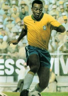 Edson Arantes do Nascimento, mejor conocido como Pelé. De origen brasileño. Es considerado el mejor futbolista de la historia del fútbol. Ganó tres veces la copa mundial con la Selección de Brasil en 1958, 1962 y 1970. Es el máximo anotador de la selección brasileña.