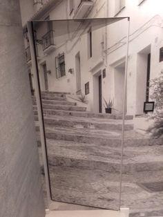 Zdjęcie: Drzwi w ościeżnicy niewidocznej - aluminiowej otwierane do wewnątrz - rewers