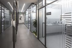 Thanks to the togetherness of clinic examination rooms and sterilization, the volumes facing the facade have a transparent effect in the interiors. Clinic Interior Design, Clinic Design, Dental Office Decor, Japanese Minimalism, Design Language, Exhibition Space, Office Interiors, Interior Office, Black Mirror