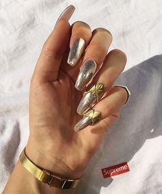 ❄️ chromenails by @universalnailsamsterdam  Gold shields by @nun_nyc ❄️