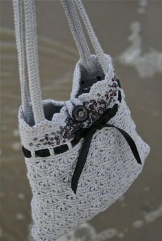 Top 10 Gorgeous Free Crochet Patterns for Handbags ❁•Teresa Restegui http://www.pinterest.com/teretegui/•❁