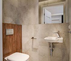 Aranżacja łazienki w surowym stylu: płytki imitujące beton, minimalistyczne lustro, stalowe uchwyty łazienkowe. Całość ociepla drewniana obudowa toalety. Vanity, Bathroom, Dressing Tables, Washroom, Powder Room, Vanity Set, Full Bath, Single Vanities, Bath