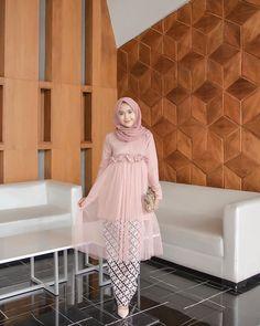 Nama Produk : ( TG- B ) Gianara Tunik Pink Bahan : Mosscrepe mix Tille Detail . Kebaya Muslim, Kebaya Modern Hijab, Hijab Dress Party, Hijab Style Dress, Hijab Look, Batik Fashion, Abaya Fashion, Muslim Fashion, Dress Brokat