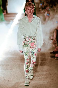 See all the Collection photos from Gucci Spring/Summer 2019 Resort now on British Vogue Fashion Week, Runway Fashion, High Fashion, Winter Fashion, Fashion Trends, Men's Fashion, Gucci 2017, Modern Mens Fashion, Gucci Spring