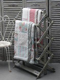 Tørrestativ i træ antique hvid fra chic antique se mere her Chic Antique, Vintage Shabby Chic, Quilt Storage, Quilt Racks, Quilt Hangers, What A Nice Day, Quilt Ladder, Vintage Ladder, Quilt Display