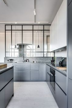 Grey kitchen ideas brings an excellent breakthrough idea in designing our kitchen. Grey kitchen color will make our kitchen look expensive and luxury. Modern Grey Kitchen, Gray And White Kitchen, Grey Kitchens, New Kitchen, Cool Kitchens, Kitchen Decor, Kitchen Ideas, Design Kitchen, Grey Kitchen Interior