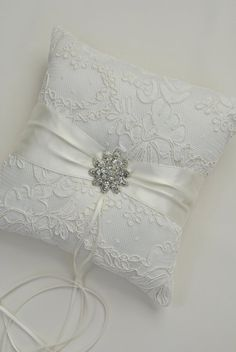 lace pillow - for ideas Wedding Ring Cushion, Cushion Ring, Wedding Pillows, Shabby Chic Cushions, Ring Pillows, Shabby Chic Crafts, Crochet Cushions, Linens And Lace, Lace Ring