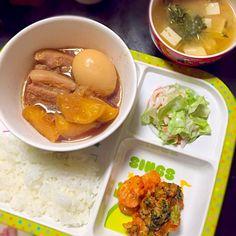 ⚫︎豚の角煮 ⚫︎レタスとカニカマのサラダ ⚫︎エビとブロッコリーのケチャップ炒め ⚫︎豆腐と豆苗の味噌汁 - 2件のもぐもぐ - 子どもごはん by mamekoon