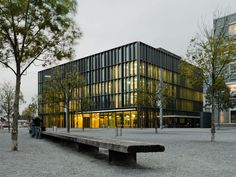 The new block constructed for the Biel/Bienne Commercial College (BFB) occupies an attractive site between the town centre and the lake, right next to the railway station. Facade Architecture, Contemporary Architecture, Exterior Cladding, Glass Facades, Construction Design, Commercial, College, Outdoor Decor, Projects