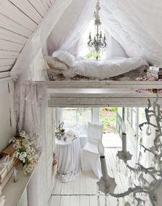 chambre bohème blanche avec literie et ciel de lit en blanc et une déco shabby chic blanche