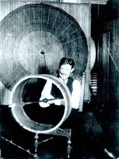 Durante bastante tiempo me pregunté que era esa cosa, y resulto ser un trasmisor de ondas para demostrar la trasmision inalambrica.