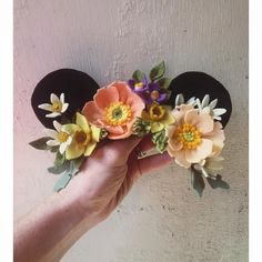 ― Maggie Harrisonさん( 「This custom Minnie crown will be walking through the gates of Disneyland first thing tomorrow…」 Felt Flowers, Diy Flowers, Flower Crafts, Fabric Flowers, Paper Flowers, Disneyland, Felt Diy, Felt Crafts, Felt Headband