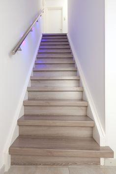 Licht grijs eiken treden en stootborden (RVS leuning met LED verlichting)