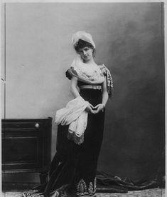 Paul Nadar, 1883, Portrait de la comtesse Greffulhe dans la robe de son arrière grand-mère, Madame Tallien. Tirages argentique d'époque, environ 25 x 19 cm sur feuille 28 x 21 cm. Epreuve signée par P. Nadar en marge et portant le timbre humide du photographe aux dos © Chayette & Cheval.