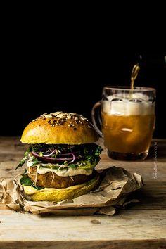 Hamburguesa de lentejas rojas con mayonesa de lima y chile - Bake-Street.com Lentil Burgers, Perfect Pizza, Pub Food, Burger Recipes, Food Pictures, Street Food, Food Styling, Sandwiches, Food Photography