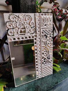 Mirror with Lippan art ! Clay Wall Art, Mirror Wall Art, Mural Wall Art, Clay Art, Ceramic Painting, Ceramic Art, Mirror Crafts, Glass Painting Designs, Tanjore Painting