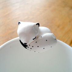 "Attache-thé ""mon renard polaire"" omamawolf figurine en porcelaine froide. For guests each glass?"