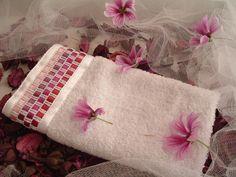 Toalla bordada en cinta LAZOS GE modelo Berenice rosa