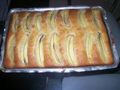1 xícara (chá) de açúcar - 1/2 xícara (chá) de manteiga - 4 ovos - 1/2 xícara (chá) de leite - 1 pitada de sal - 2 xícaras (chá) de farinha de trigo - 1 colher (sopa) de fermento em pó royal - 200 g de goiabada cortadas em fatias finas - 4 bananas nanicas em fatias finas (pode colocar mais se quiser) - Açúcar e canela em pó a gosto para polvilhar -