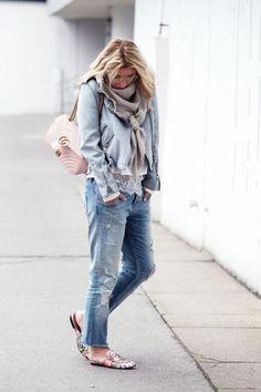 Občas stačí jen změnit jednu barvu základního kousku vašeho outfitu a hned to má jiný říz. Co je vaše špetka, kterou přidáváte do outfitů? #skolastylu #outfit #motivace #styling #jakseoblekat #seberozvoj Winter, Jackets, Blue, School, Style, Fashion, Winter Time, Down Jackets, Swag