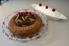 Dessert nøddekage med hindbær og softice