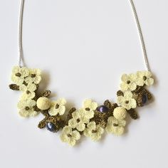 Elaborate Hand Crocheted Flower and Pearl Necklace - Ivory                                                                                                                                                                                 Mais