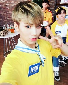 """[HEYOTV TWITTER UPDATE] A standard selfie #Rocky and members #MJ #Moonbin #ASTRO #Heyotv #ParkSohyun''sIdoltv """"trans by with-astro """""""