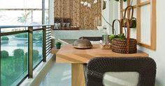 Como a dimensão do varanda gourmet era pequena, a arquiteta Maithiá Guedes optou por uma mesa de dois lugares e uma bancada com pia (ao fundo)