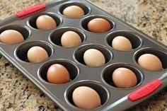 Cuire des œufs durs au four Les placez dans une plaque à muffins puis mettre au four 25 à 30 minutes à 325˚F. Pas besoin de mettre d'eau dans le fond des moules à muffins ni de faire cuire une douzaine d'oeufs à la fois. De cette manière, les oeufs ne peuvent pas casser, ils ont une texture moins caoutchouteuse et sont beaucoup plus faciles à peler.