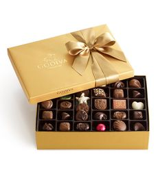 GODIVA's 70 Piece Classic Gold Gift Box is the perfect gift for every chocolate lover. Explore our Chocolate Gift Box today. Milk Chocolate Ganache, Chocolate Gold, Chocolate Gift Boxes, Chocolate Shells, Chocolate Truffles, Chocolate Lovers, Chocolate Dorado, Godiva Chocolatier, Gold Gift Boxes
