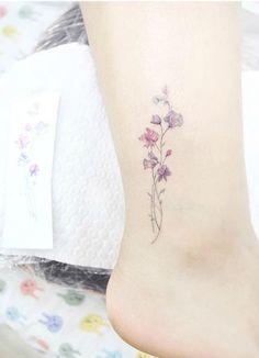 Deze tattoo, maar dan met een aster. Vooral de fijne lijnen vind ik erg mooi