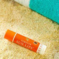 Forever Sun Lips (artnr 462) Aloe Sun Lips is een kalmerende lip balsem die helpt om het delicate weefsel van onze lippen te beschermen tegen de zon en de wind, met de verkoelende sensatie van mint.