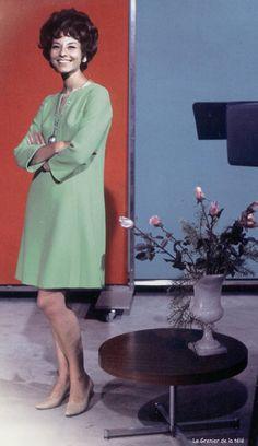 En 1964, DENISE FABRE arrive à Paris et rejoint la deuxième chaîne de l'ORTF comme speakerine. Parallèlement elle anime l'émission dominicale de la première chaine Télé Dimanche puis à partir de septembre 1971 comme speakerine elle passe sur la première chaîne de l'ORTF et en 1975 sur TF1 jusqu'en 1992.