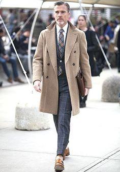 ベージュチェスターコート×ウインドウペンスーツの着こなし【60代】(メンズ)