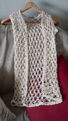 Maxi colete em ponto segredo, crochê, cor cru, fio corda 100% algodão.