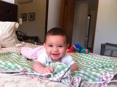 olha a isabela, linda, brincando no seu saquinho de brinquedo tijolinho amarelo