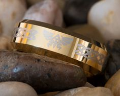 Tungsten Wedding Ring Gold Beveled Legend of Zelda Design-Free Inside Engraving Fandom Rings, Cute Engagement Rings, Tungsten Wedding Rings, Geek Games, Legend Of Zelda, Ducati, Boyfriend Gifts, Wedding Bands, Geek Stuff