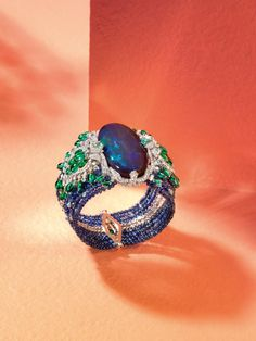 Der Armreif Lagon aus Platin mit einem 85,2 karätigen Opal, Saphiren, Smaragden, Paraiba, Turmalinen und Brillanten