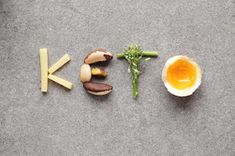 Keto is definitely the diet du jour, with a whole host of celebrities singing its praises for weight loss and general health. But what is keto, really, and is it right for you? We break down everything you need to know about the keto diet. Sauce Pour Porc, Fat Flush Detox, Good Keto Snacks, Help Me Lose Weight, Lose Fat, Loose Weight, Keto Diet Benefits, Keto Flu, Fat Burning Detox Drinks