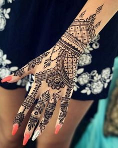 50 Most beautiful Simple Mehndi Design (Simple Henna Design) that you can apply on your Beautiful Hands and Body in daily life. Henna Tattoo Hand, Henna Mehndi, Henna Tatoos, Tattoo Dotwork, Henna Body Art, Foot Henna, Simple Henna Tattoo, Henna Hand Designs, Pretty Henna Designs