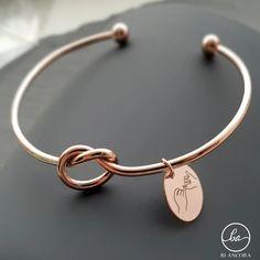 Skap en armring belagt i gull eller sølv mer gravering! Dette personlige smykket er den perfekte gaven med din personlige touch. Designer: Blancora Smykkedesign | Smyla.no