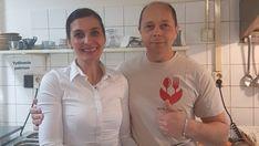 Robia sladkú dobrotu podľa retro postupu. Manželia Veronika (46) aLadislav (49) Sanislovci zLučenca sa dali na výrobu tradičných sladkých kapustníkov, ktoré takmer už vymizli zo slovenskej kuchyne. Majitelia reštaurácie oprášili recept zroku 1925 aso zlatým uličníkom, ako sladký koláč nazvali, žnú úspech. Retro, Coat, Dali, Jackets, Fashion, Fotografia, Down Jackets, Moda, Sewing Coat
